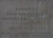 tablica na pomniku przed szkołą